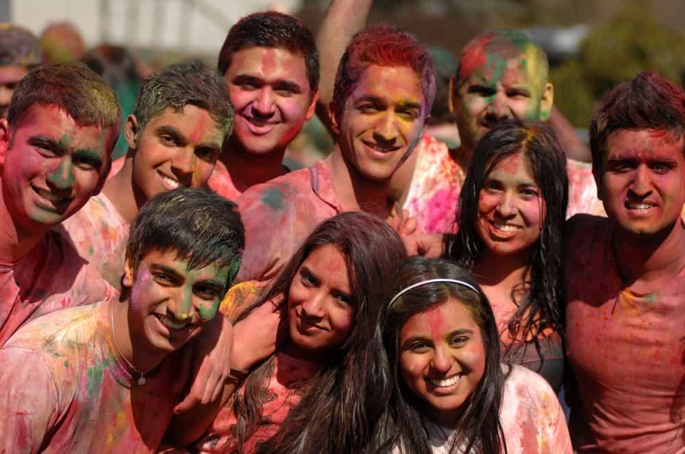 Estudiantes en Vancouver celebran Holi, el festival Hindú de colores