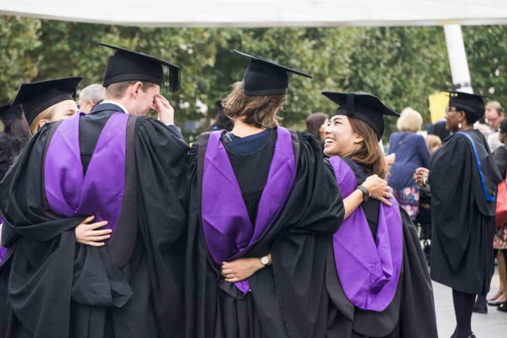 Graduados del University College London celebrando su ceremonia de graduación en Londres