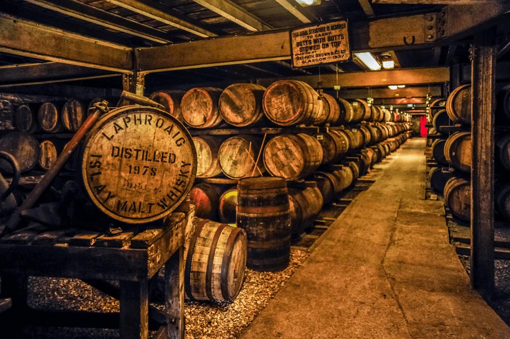 Whisky madurando en los barriles de la famosa Destilería Laphroaig